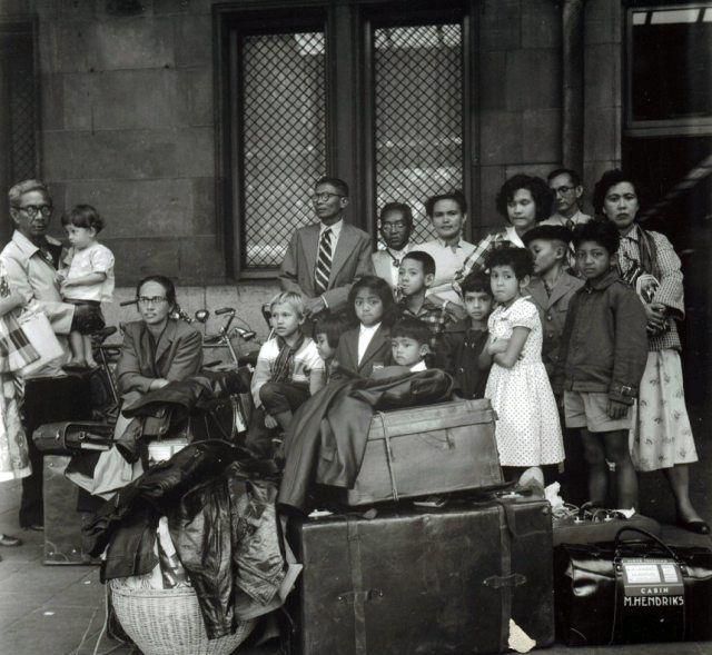 Aankomst Indonesische immigranten op Centraal Station, Amsterdam, ca. 1962 (foto: R.W. Wettstein) Java Post | Verhalen over Nederlands-Indië