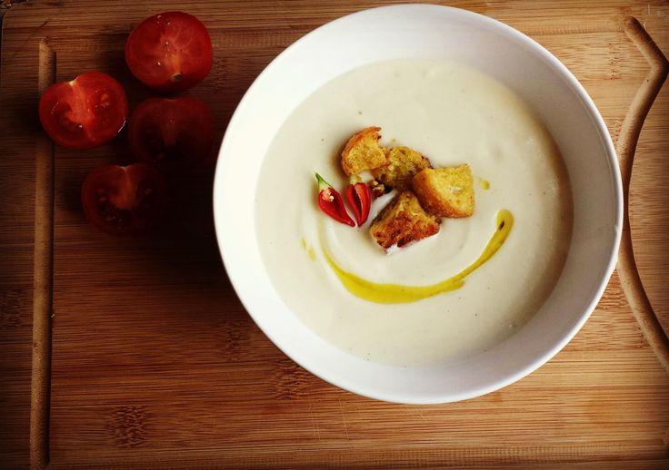 Суп-пюре из цветной капусты с горчичными гренками Супы-пюре, как отдельный вид супов, я очень люблю. В их однородности и кремовости есть какой-то определённый шарм, который порой очень радует. Плюс работает фантазия, когда в чашке однородная, одноцветная масса, начинаешь придумывать, как же такой суп украсить. В ход идут обжаренные грибочки, сухарики, кусочки зелени, капли масла и...
