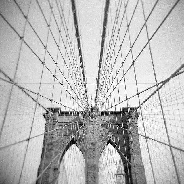 Самые красивые мосты в мире | Бруклинский мост, Нью-Йорк. Первый стальной подвесной мост в мире — Бруклинский мост — соединяет Манхэттен и Бруклин. Более 120 000 автомобилей и 3100 велосипедов пересекают мост каждый день.