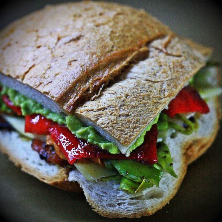 40 gram: Avokado Soslu , Domates Confit ve Sebzeli Sandviç