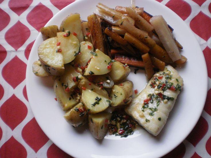 gebakken aardappelen met verschillende kleuren wortel geglaceerd en visfilet