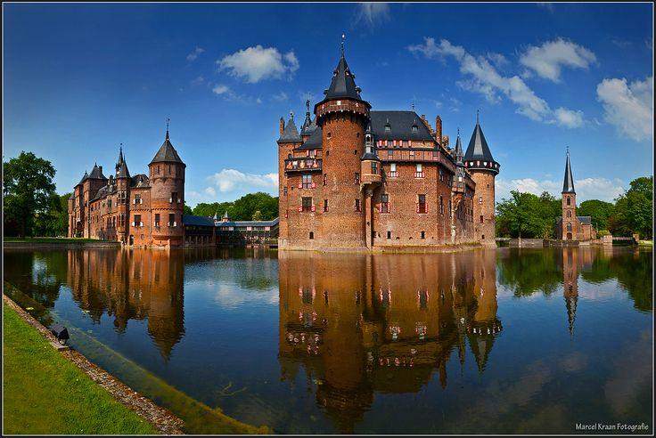 kasteel de haar is een kasteel bij Haarzuilens, in de omgeving van Vleuten in de gemeente Utrecht. Het is het grootste kasteel van Nederland. Het werd vanaf 1892 op de ruïne van het oude kasteel herbouwd in neogotische stijl. Naast het kasteel staat een kapel.