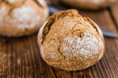 Krijg je onverwacht eters of blijk je geen brood meer in huis te hebben voor een lekker ontbijtje of lunch? Met deze broodjes maak je iedereen blij. Met deze ingrediënten kun je ongeveer 10 broodjes maken. De voorbereiding kost je ongeveer 15 minuten. Het bereiden zo'n 20 minuten. Volkorenbroodjes Ingrediënten 450 gram volkorenmeel 1 theelepeltje …