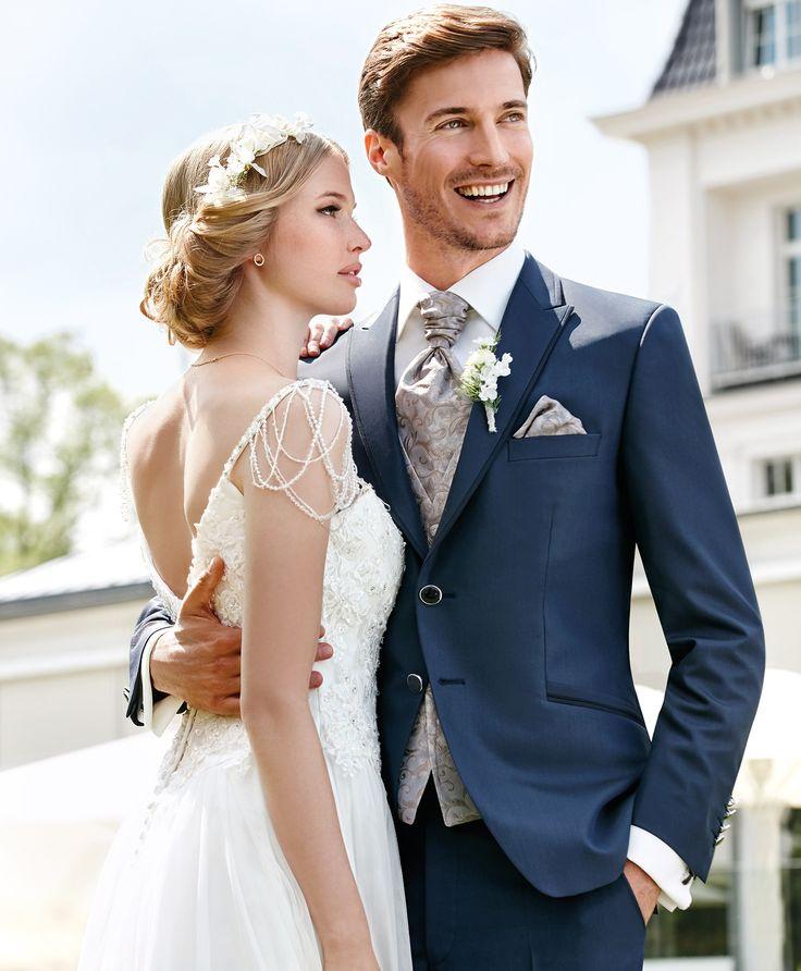 Der Hochzeitsanzug auf dem neuen After Six ECHTE MOMENTE Katalog 2017 ist ein echter Hingucker in Blau! Sie sind auf der Suche nach Ihrem Hochzeitsanzug? Am Tag aller Tage sollten Sie einen Hochzeitsanzug wählen, der Ihnen nicht nur perfekt passt sondern auch optisch exzellent steht! Mit WILVORST After Six können Sie sich sicher sein, dass Sie einen Hochzeitsanzug finden, der Klassik und Moderne perfekt vereint.