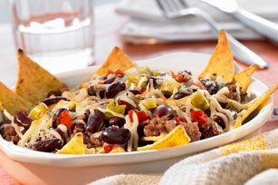 Vous aimez vos nachos tout garnis? Cette recette fera votre bonheur! Du bœuf haché, de l'assaisonnement à tacos, du délicieux fromage fondu et des tomates hachées: la totale quoi!