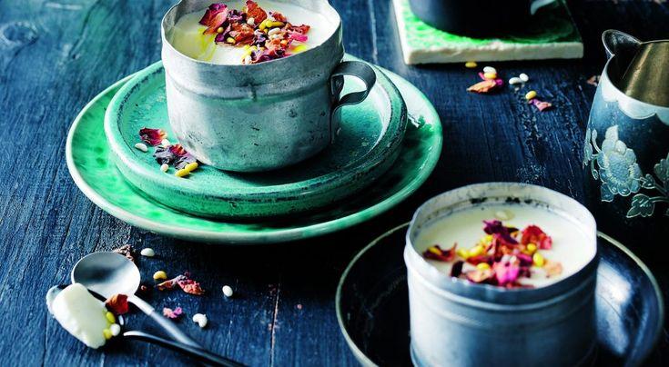 karnemelkpuddinkjes met rozenwater en kardemom