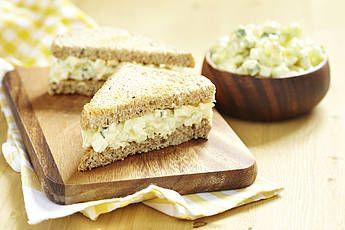 Sandwichspread. 100 gram witte kool, 1 wortel (of kleine winterpeen), 1 bosuitje, 2 kleine augurken, 250 ml Griekse yoghurt, ½ theelepel citroensap, 1 eetlepel knoflookolie. Je kunt de spread zo'n 4 dagen in de koelkast bewaren.
