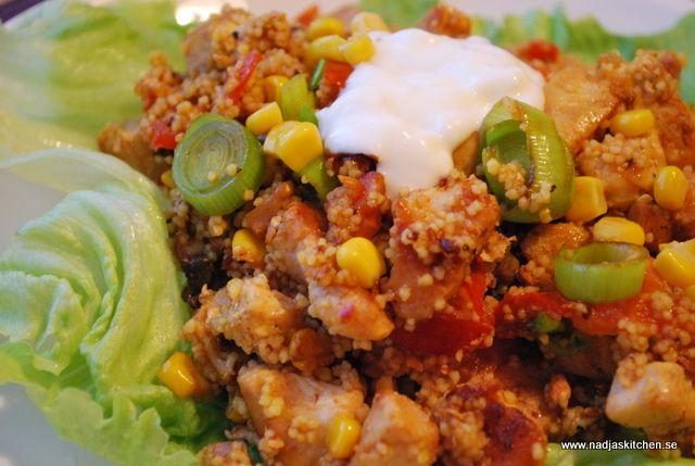 Jag säger bara det! Godare snabbmat finns inte just nu för mig. Couscousen är klar på 5 minuter och under tiden så fräser man upp lite kyckling och grönsaker och sedan blandar man ihop allt. Couscousen kryddar man förstås hur...