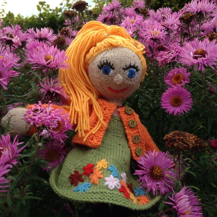 Meet Little Lizzy, my first Strikkedukker. She loves flowers.
