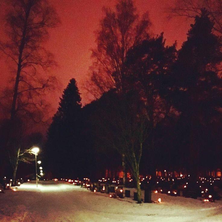 Pyhäinpäivän aatto. Kynttilät isovanhempien haudalle. Alavus.