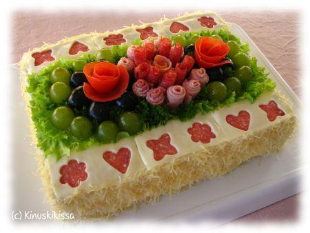 Tässä ohje yhteen kakkuun (kuvassa olevat kakut on kuitenkin tehty 1,5-kertaisena): 12 hengen kakku Leipäkerrokset: 8 isoa vaaleaa paahtoleipäviipaletta 8 isoa tummaa paahtoleipäviipaletta Täyte: 300 g palvikinkkua 1 tuorekurkku ½ ruukkua rucolaa ½ ruukkua basilikaa ½ sitruunan mehu 1 maustekurkku 200 g Italialaiset yrtit -tuorejuustoa 2 tl piparjuuritahnaa Kostutus: 2 dl maitoa Kuorrutus: 200 - […]