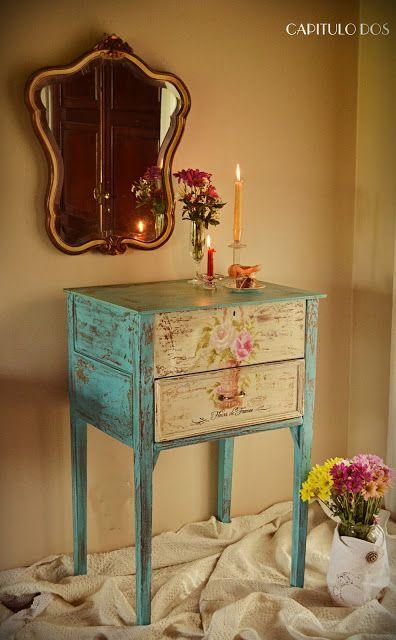 Un antiguo mueble de campo con fascinante color aguamarina y diseño floral pintado a mano