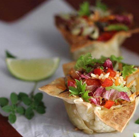 Uma bela salada, é um bom começo para um almoço ou jantar de sucesso.  Encanta seus convidados e familiares e os prepara para o prato ...