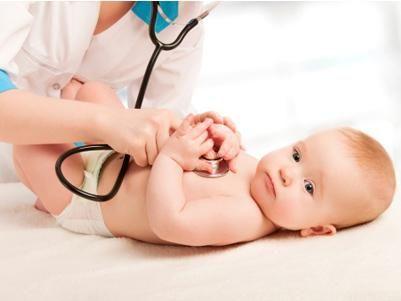 """Die ersten U-Untersuchungen passieren im Krankenhaus ganz nebenbei. Spätestens ab der U3 ist die Initiative der Eltern gefragt. Sie vereinbaren mit dem Kinderarzt die nächsten """"Dates"""" zur Vorsorgeuntersuchung. Wir zeigen Dir, bei welchem U-Termin was passiert."""