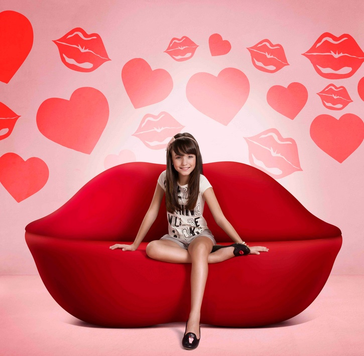 Ortopé's newest campaign has actress Larissa Manoela