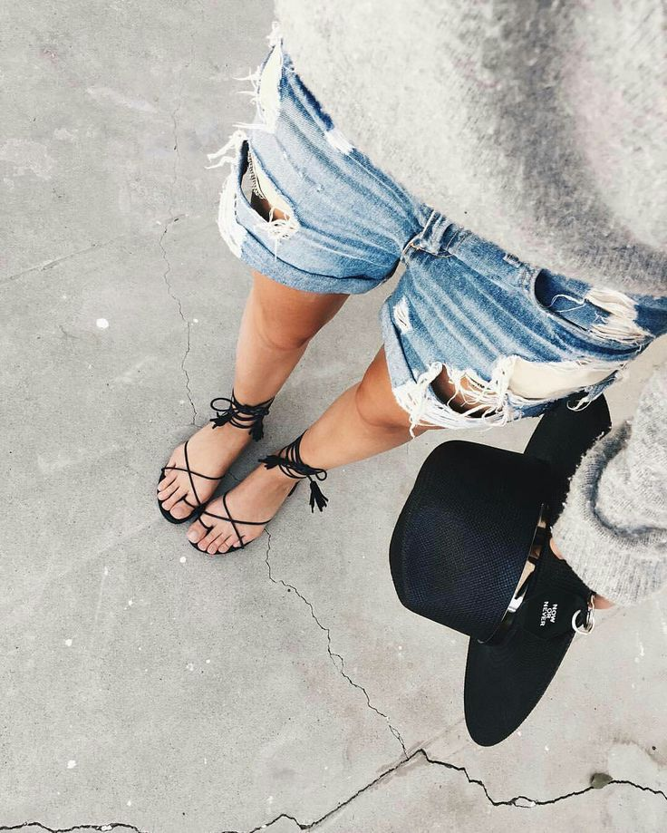Great spring outfit » cozy grey jumper on destroyed denim shorts, laced-up sandals and black hat