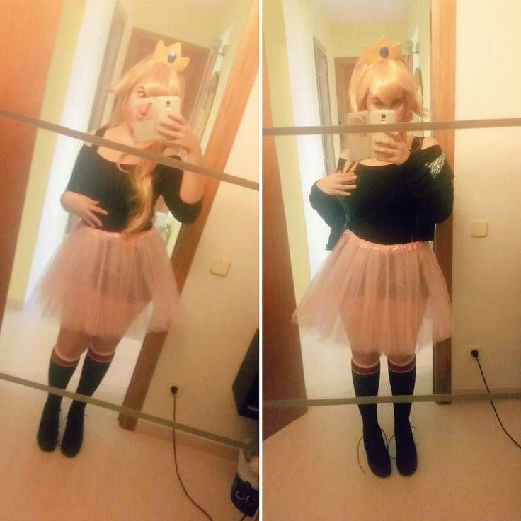 Ya falta menos para carnaval y como no algo tenía que inventarme.  Aunque faltan gran parte de los accesorios esta es la base de mi versión algo gamberra de la querida Princesa Peach   #cosplay #cosplayer #cosplaygirl #cosplaywig #cosplaymakeup #wig #test #princesspeach #peach #peachcosplay #princesspeachcosplay #mario #supermario #supermariocosplay #nintendo #nintendocosplay #game #videogame #wip #workinprogress #crown #costume #retrogame #princess #mushroom #mushroomkingdom #cute #selfie…