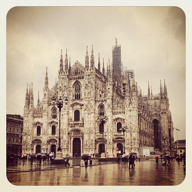 Duomo di Milano, İtalya'nın en büyük ve Dünya'nın 5. en büyük katedralidir. inşa etmek tam 6 asır sürmüştür.  Gotik mimarisinin etkisi görülmektedir. #Maximiles