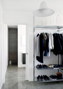 Garderobe oplossing, ideaal voor een walk-in, want die heeft als zodanig al een deur.
