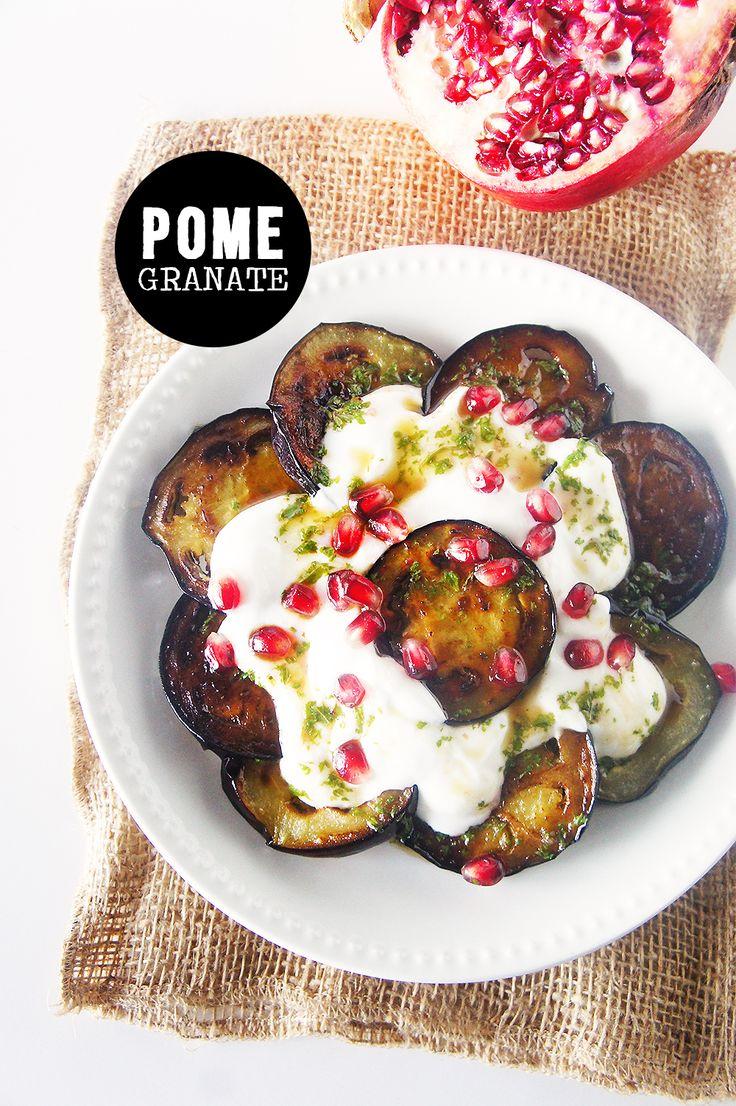 Comme beaucoup, je suis une grande fan de Jamie Oliver. J'aime sa cuisine, ses inspirations, son sens du goût et du mélange savant. Avec un rien, il te sort un met savoureux, le mec ! De bons ingrédients, un assaisonnement toujours juste, plein de couleurs et de vitamines à la clé, et la part belles aux herbes … tout ce que j'aime. C'est donc tout naturellement que j'ai voulu réaliser sa recette de salade cuite d'aubergine, agrémentée de grenade et de menthe fraîche. Facile à faire, composée…