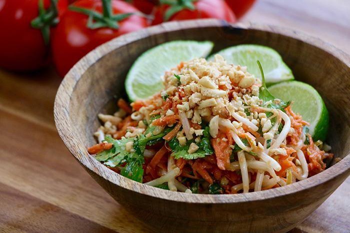 Salade thaï déposée dans un bol de bois