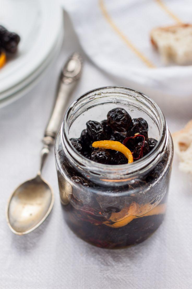Olive nere essiccate con buccia di arancia, peperoncino e aglio