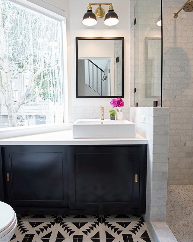 Hard to pick a favorite element in this gorgeous bathroom. Design by @reganbakerdesign and photo by @modernkids