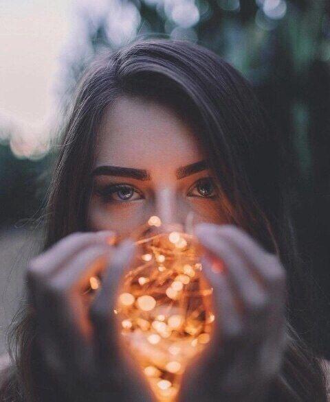Porträtfotografie mit Lichterketten. Schönes Bokeh! Kreativ und erschwinglich …   – Lichterketten Liebe – Fotoideen mit Bokeh Alarm – #Alarm #Boke…