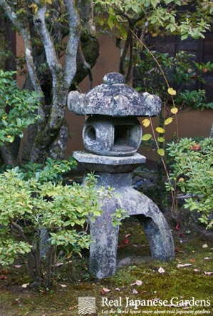 New eBook ($1.95) about Japanese stone lanterns! Mountian temple lantern - Yamadera-dōrō (山寺燈籠) in the garden of Shugaku-in Rikyu (修学院離宮)in Kyoto. Click here for details: http://www.japanesegardens.jp/gardens/famous/000049.php