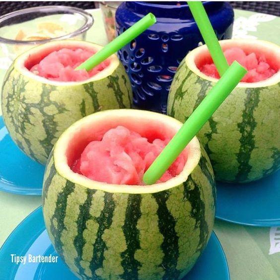 Para una boda en la playa, un cocktail bien refrescante de sandía. Un slushie con tequila, vodka y triple sec.