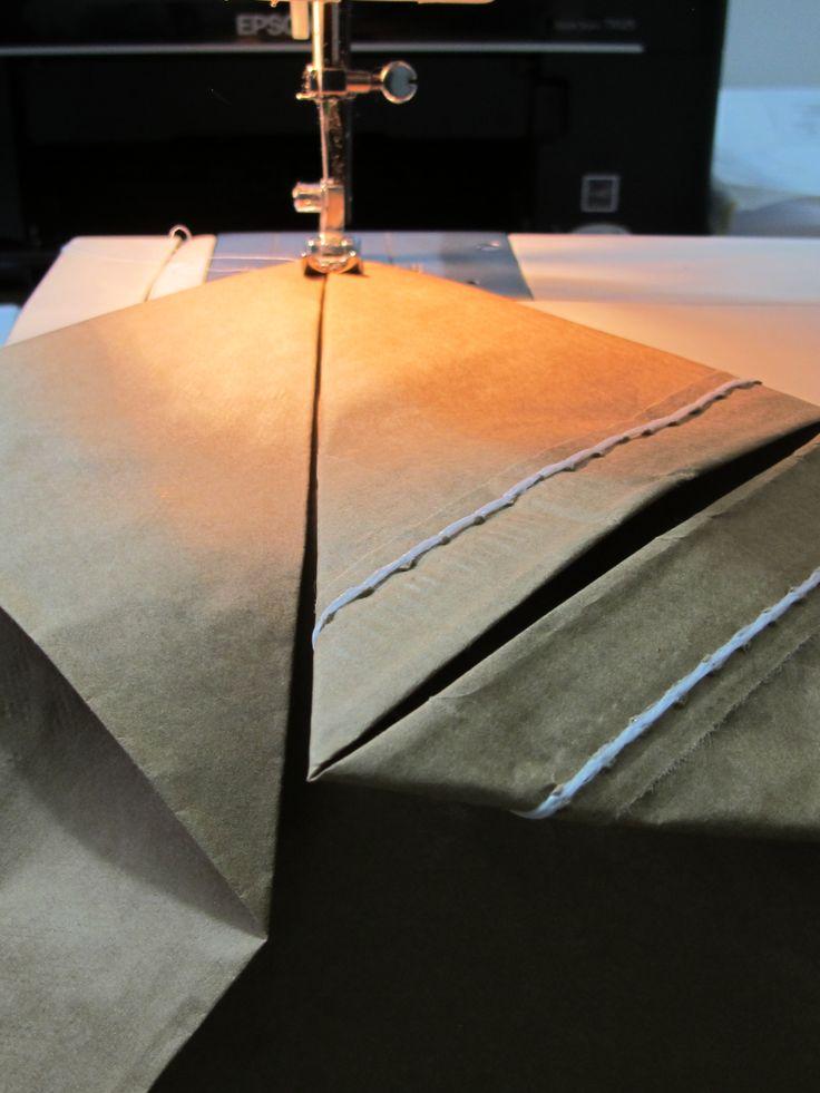 plegamos y fijamos talegos de papel para construir nuestras bolsas