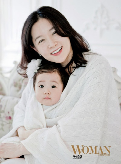 Lee Young Ae and her CUTE CUTE daughter!!!! >3