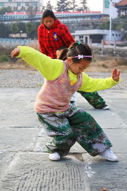 Tai Chi Love : This two-year-old little girl was practicing one by one seriously and professionally - china