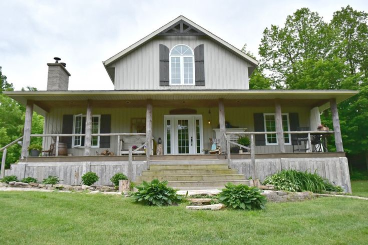 The perfect farmhouse... check out that rustic front porch! So beautiful. Click through for the full porch tour! By Vinyet ETC