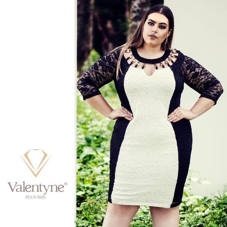 O preto nas roupas tem um efeito emagrecedor e o branco ressalta as curvas da silhueta.  Por isso são cores que sempre harmonizam bem, como nesse vestido com recortes e disposição das cores, que ajudam a alongar, afinar e contornar a silhueta. Para enriquecer ainda mais, a peça possui um material em dourado com desenho xadrez no decote. #valentyneplussize #valentyne #plussize #valentyne2017 #suamelhorversão #vestidovalentyne