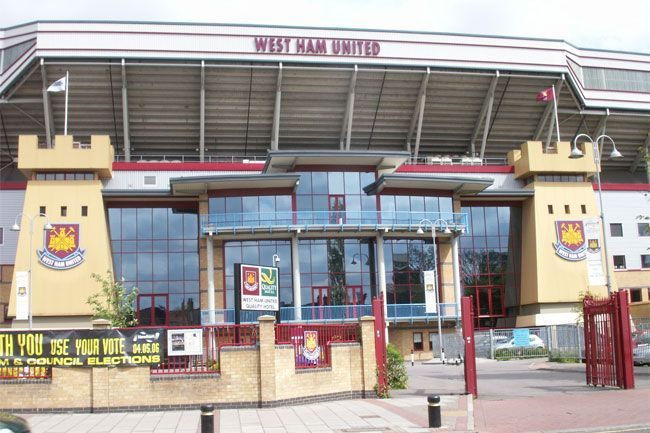 Until its modern renovation, Upton Park was renowned for the proximity between fans and players, who came into contact on more than one occasion. Hammers fans now face three intense playoff games to return to the Premiership.