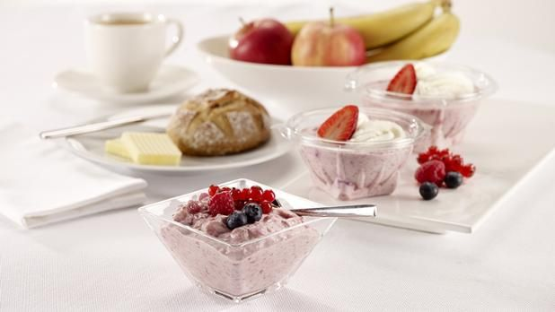 """Birchermüesli, wer hets erfonde?  Wusstest du, dass das Birchermüesli vom Schweizerwort """"Mues"""" kommt und eine echte Schweizer Spezialität ist? Mit dem gesunden Frühstück startest du perfekt in den Tag. Das Birchermüesli kann ganz einfach selber gemacht werden. Dazu nimmt man Haferflocken als Getreidebasis und fügt nach belieben Früchte, Joghurt, Milch und andere feine Zutaten hinzu. Oder man holt sich einfach sein Müesli direkt bei uns."""