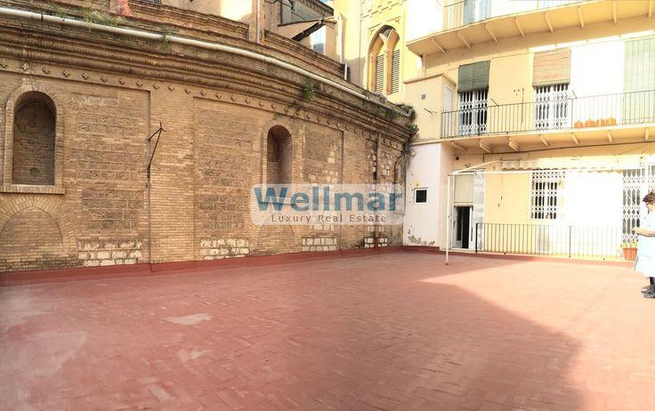 Descubre este espectacular piso frente al mercado de Colón de casi 190m2 con terraza en pleno centro de Valencia. Un inmueble clásico en un edificio señorial situado en una de las mejores zonas de Valencia.