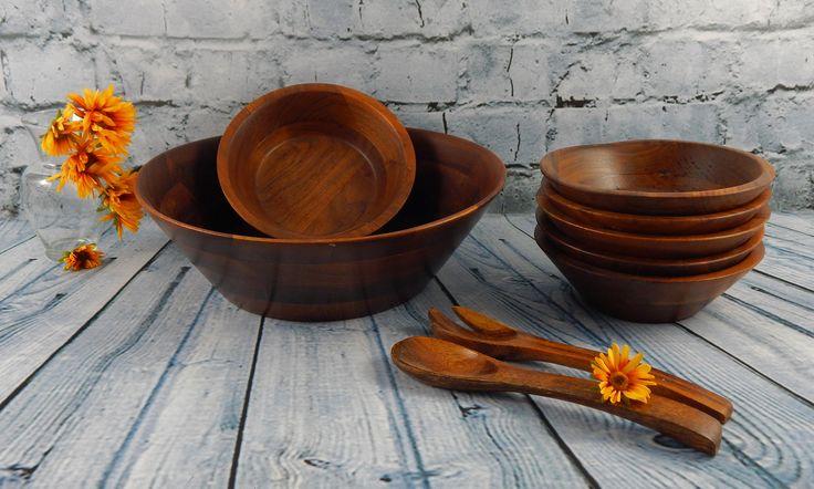 These bowls have a wonderful modern style shape, very retro #thebestofgrandma #saladbowl #walnutbowls #serveware