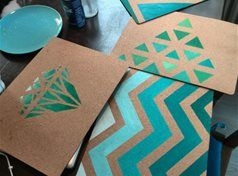 Maak nu heel eenvoudig jouw eigengemaakte placemats of onderzetters. Neem kurken placemats en beschilder deze met een creatief patroon met behulp van acrylverf. Wauw!
