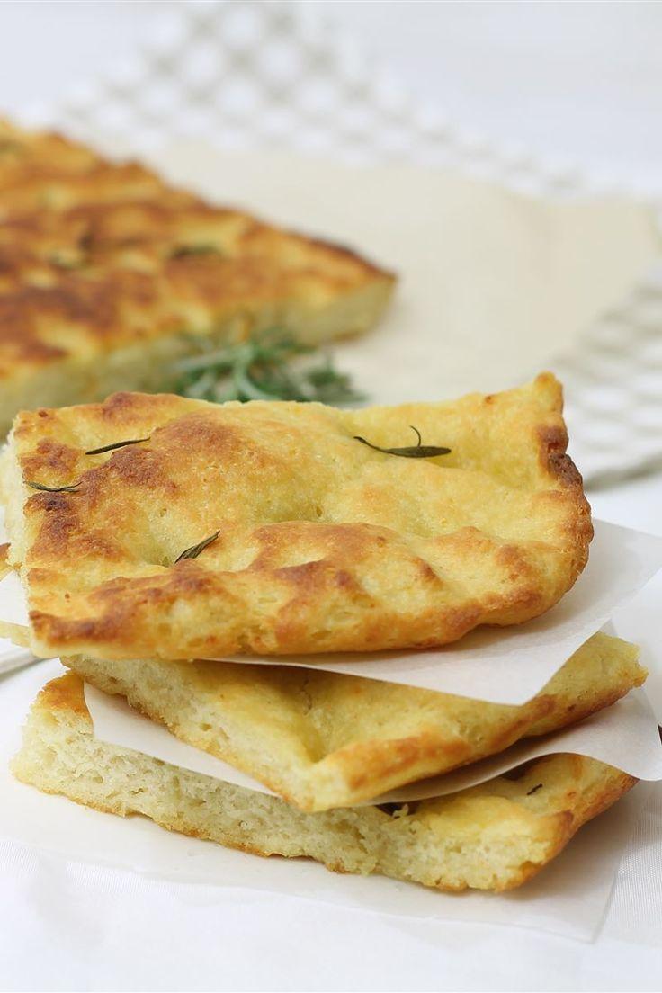 La focaccia di patate è una preparazione semplice a base di farina, acqua, lievito e patate. La focaccia può essere condita in svariati modi e l'aggiunta della patate all'impasto renderà la vostra focaccia morbida e gustosa.