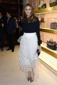 Оливия Палермо в белой, многослойной юбке и черной блузке