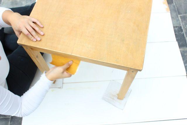 Stap 2: Maak het tafeltje schoon en vetvrij om het daarna te schuren.