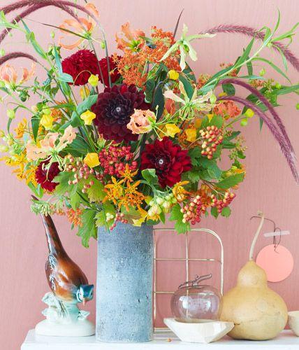 Herbststrauß aus Dahlie, Lampenputzergras und Laternenlilie