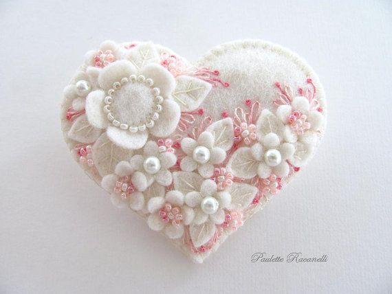 Sache - Coração em Feltro com Florzinhas do mesmo Tom e Bordados