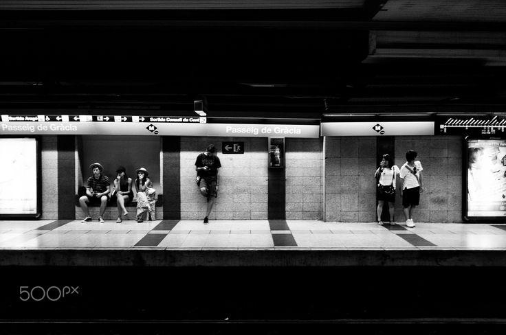 People moving - Barcelona underground - fr
