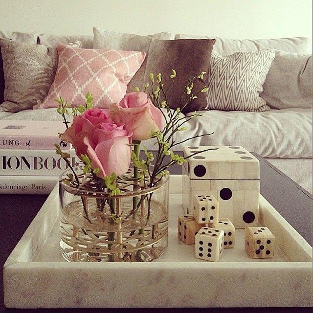 Snyggt med marmorbricka, vas, tärningar samt kuddar från oss på R.O.O.M. hemma hos Design Therapy Swedem