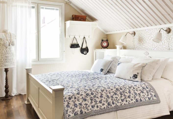 Romanttisen makuuhuoneen sininen ruusupeite on Green Gaten ja sinikukalliset tyynyt Hemtexin. Mallinukke on päällystetty lautasliinoilla ja lakattudecopach-lakalla. | Aarteet kiertoon | Koti ja keittiö | Tea Honkasalo | Kuva Arsi Ikäheimonen