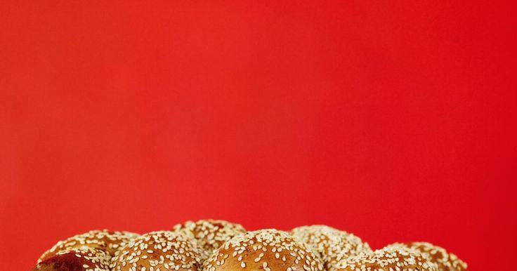 """O que é uma oferta movida?. A oferta movida é uma ritual de oferta mencionado na Bíblia Hebraica (o Antigo Testamento cristão). Entre os vários tipos de ofertas mencionadas na Bíblia hebraica, haviam aquelas movidas como uma demonstração de paz e de serviço a Deus. Deus ordena que os israelitas tragam animais para o sacrifício, e pães e óleo para os """"cohanim"""" (sacerdotes). ..."""