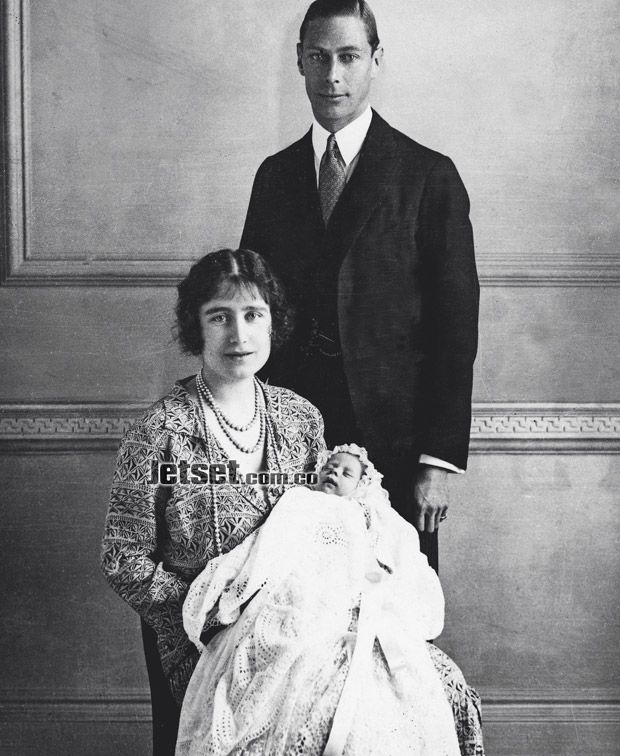 El futuro rey Jorge VI, con su esposa, Elizabeth Bowes-Lyon, y su recién nacida hija la futura reina Isabel II, el 21 de abril de 1926. Se dice que fue concebida por inseminación artificial.